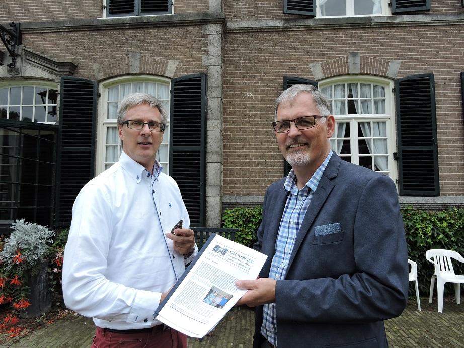 Afb. 3. Wim Hoogeland, directeur Stichting Archivariaat Bentinck-Schoonheten, overhandigt de nieuwsbrief aan Bert Steen, wiens familie hierin centraal staat met hun herinneringen aan Schoonheten.