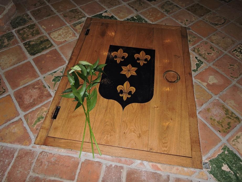 Afb. 1. Drie lelies namens AiN als verwijzing naar de gestileerde lelies in het familiewapen Alberda op het luik dat de grafkelder afsluit.