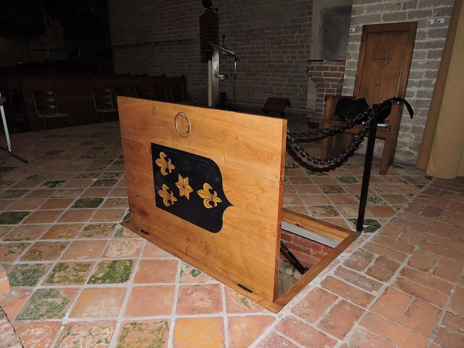 Afb. 6. Het nieuwe luik naar de grafkelder met daarop het familiewapen Alberda.