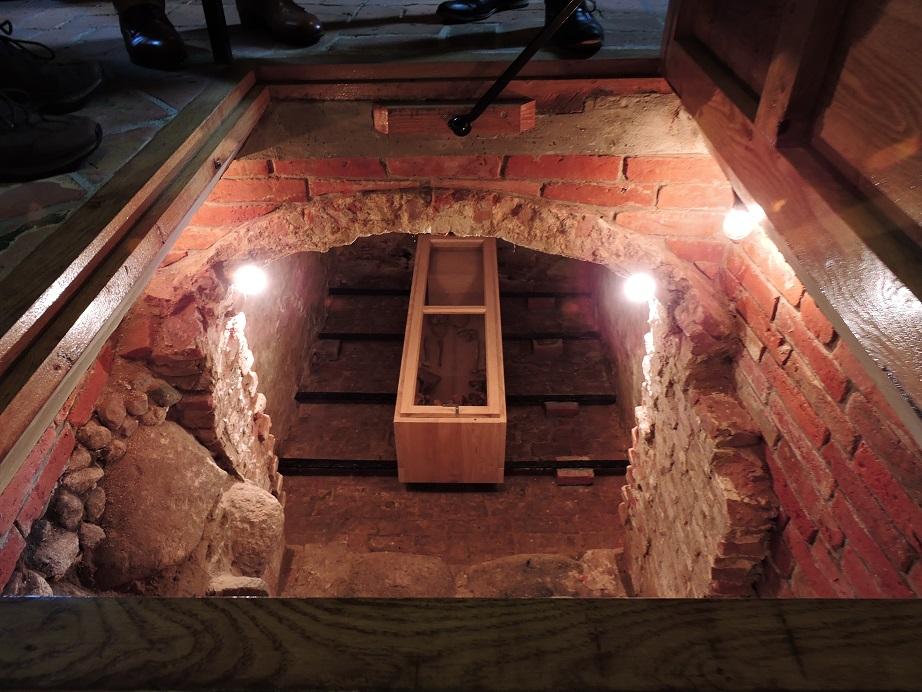 Afb. 7. Zicht in de grafkelder met de nieuwe kist met de stoffelijke resten van zeven familieleden van Unico Evert Alberda tot Vennebroek.