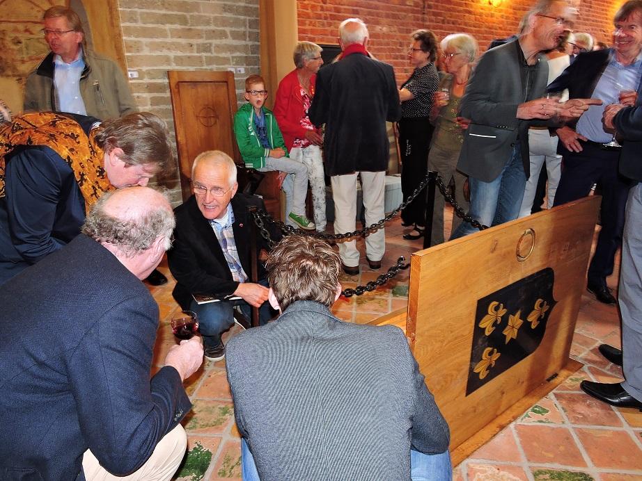 Afb. 8. Martin Panman van de stichting Vrienden van de Magnus kerk geeft uitleg bij de grafkelder.