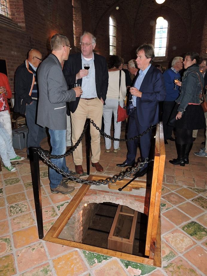 Afb. 9. Staande achter de toegang tot de grafkelder in het midden restauratie architect Kor Holstein en rechts Paul Brood van de Stichting Vrienden van de Magnuskerk.