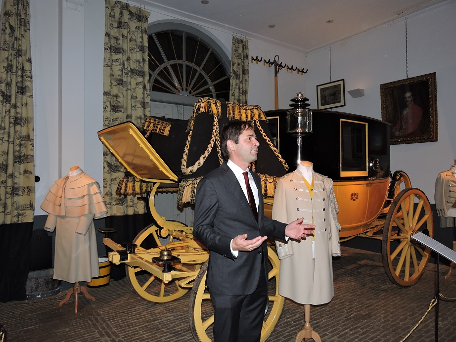 Afb. 2. Tonko Grever, conservator van Museum Van Loon heet de aanwezigen welkom en vertelt over de totstandkoming van deze tentoonstelling.