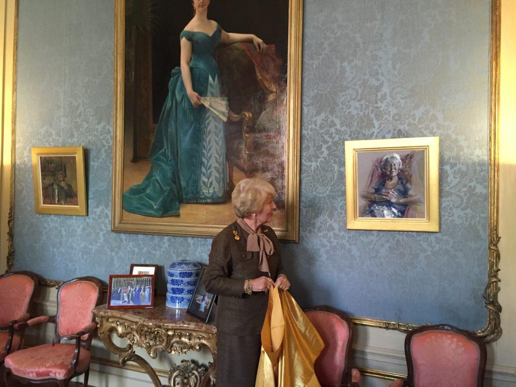 Afb. 1. Mevrouw Van Loon onthult haar portret in de blauwe salon. Foto met hartelijke dank aan Museum Van Loon.
