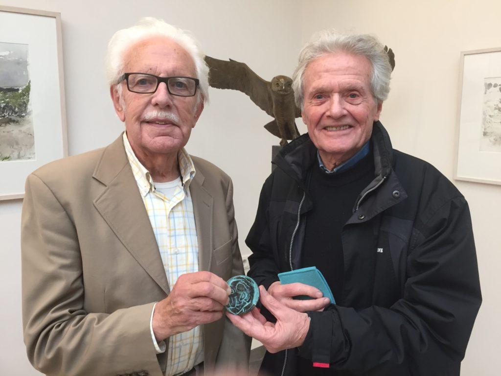 Afb. 1. Jaap Ploos van Amstel (links) wordt door beeldhouwer Frank Letterie