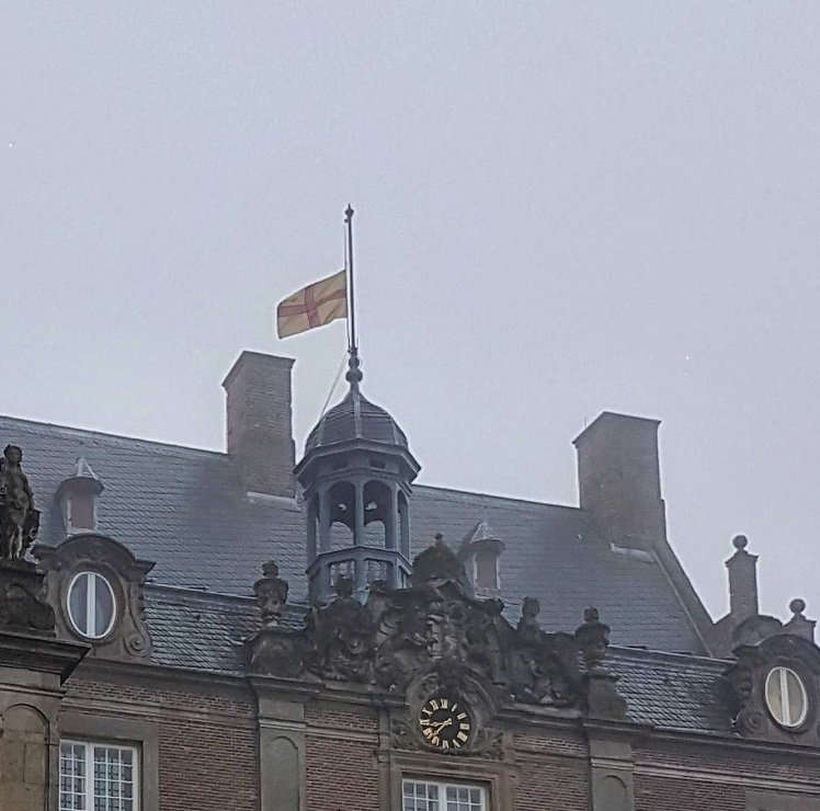 Afb. De familievlag halfstok op kasteel Rechteren. Foto met hartelijke dank aan Christiaan graaf van Rechteren Limpurg.
