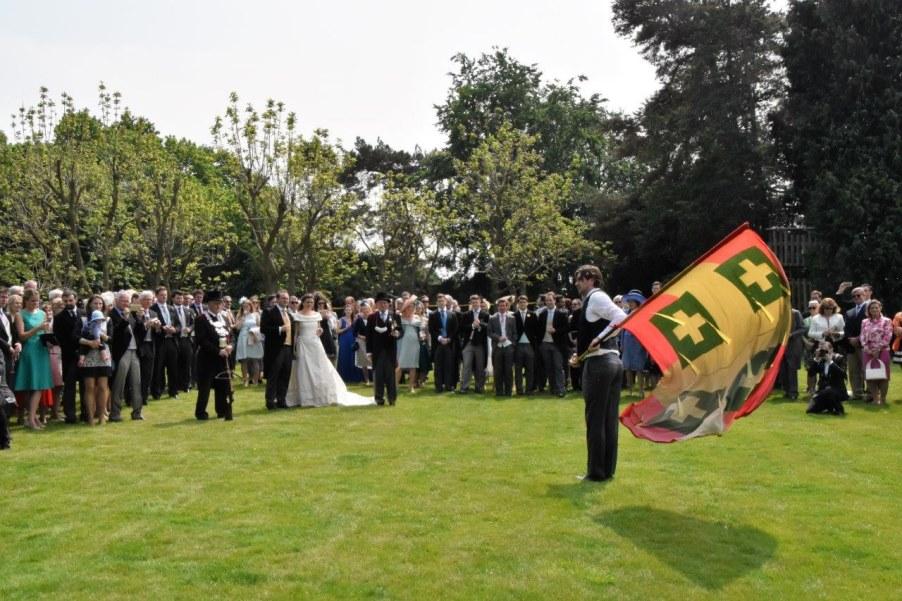 Afb. Vendelzwaaien door het Sint Sebastiaansgilde op het huwelijk Howes-Sweerts de Landas Wyborgh. Foto met dank aan DeMooiOirschotKrant.