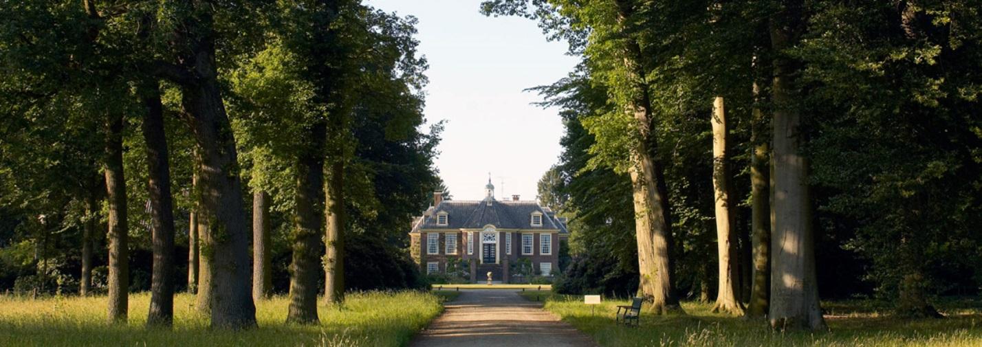 Afb. Huis De Wiersse gelegen aan de lange oprijlaan die door een fraai landschapspark voert met eeuwenoude bomen. Foto met dank aan www.dewiersse.com.