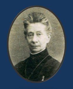 Afb. Freule Van Grotenhuis getooid met haar Pauselijke onderscheiding en als broche een rangkroon van een jonkvrouwe met vijf parels.