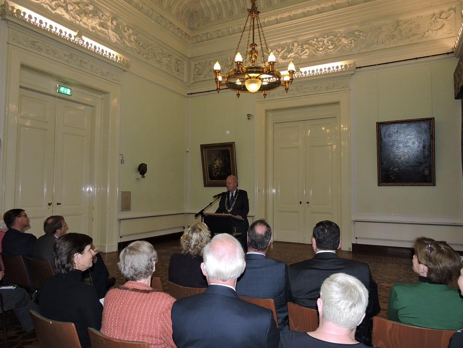 Afb. 3. Drs. Jan Hoekema, burgemeester van Wassenaar, heet de aanwezigen welkom op gemeentehuis De Paauw.