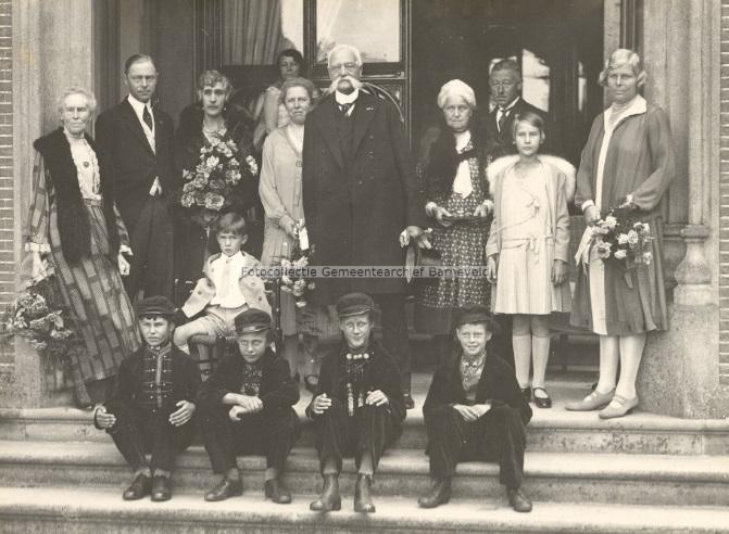 Afb. 4. Staand tweede en derde van links: baron en barones Van Nagell-Calhoun in 1929 bij het 50-jarig huwelijk van zijn ouders op kasteel Schaffelaar. Zijn moeder, barones Van Nagell née barones Van Zuijlen van Nievelt staat links, terwijl zijn vader, met de indrukwekkende snor, in het midden staat. Dochter Jeanne Linnie Alice staat rechts in een wit jurkje, terwijl zoon Egbert Joost op het stoeltje links zit. Foto met dank aan Fotocollectie Barneveld.