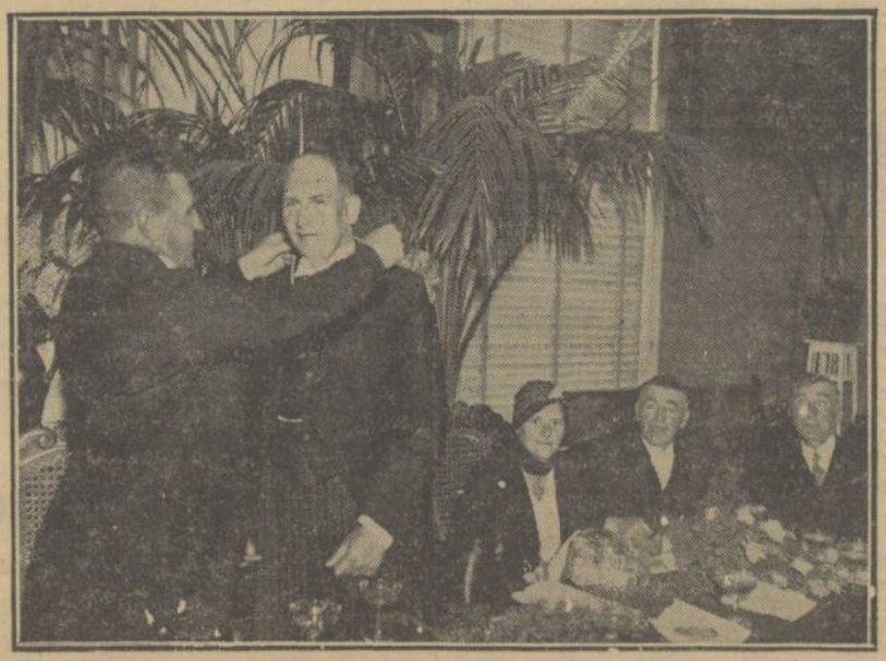 Afb. 2. Wethouder Van Hout installeert burgemeester Van Nispen, terwijl mevrouw Van Nispen toekijkt. Bron: Provinciale Noordbrabantsche en 's Hertogenbossche Courant 8 september 1933.