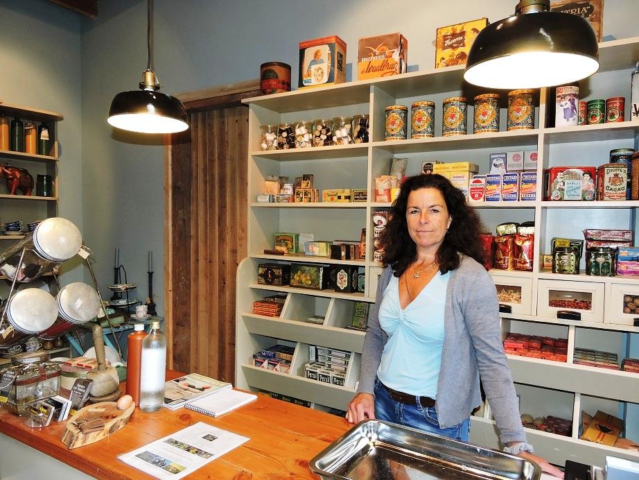 Afb. 1. Julie barones van der Borch van Verwolde in haar landgoedwinkel.
