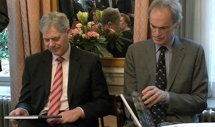 Afb. 2. Sammy baron van Tuyll van Serooskerken (links) en zijn neef Pieter baron van Tuyll van Serooskerken bekijken het zojuist ontvangen exemplaar aandachtig. Foto met hartelijke dank aan kasteel Geldrop.