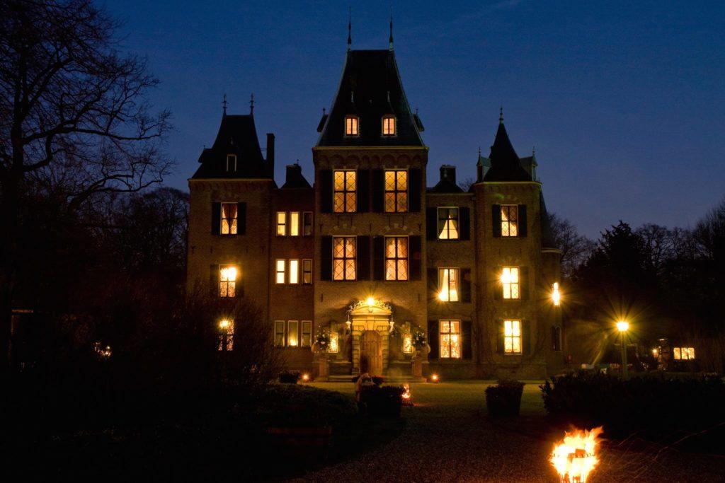 Afb. Een sprookjesachtig verlicht kasteel Keukenhof. Foto met dank aan www.kasteelkeukenhof.nl.