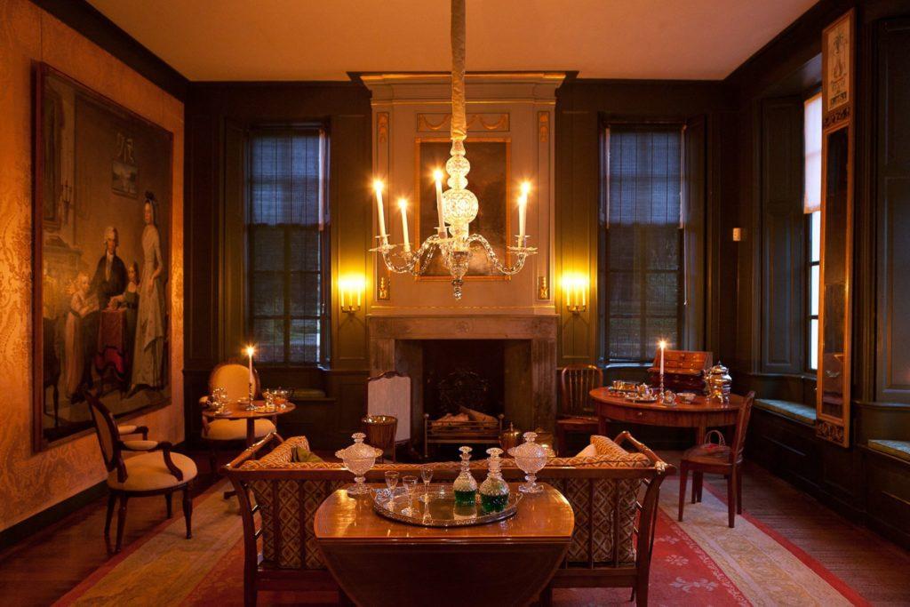 Afb. De damessalon op de Menkemaborg verlicht door kaarslicht. Foto met dank aan www.facebook.com/MenkemanorgMuseum.