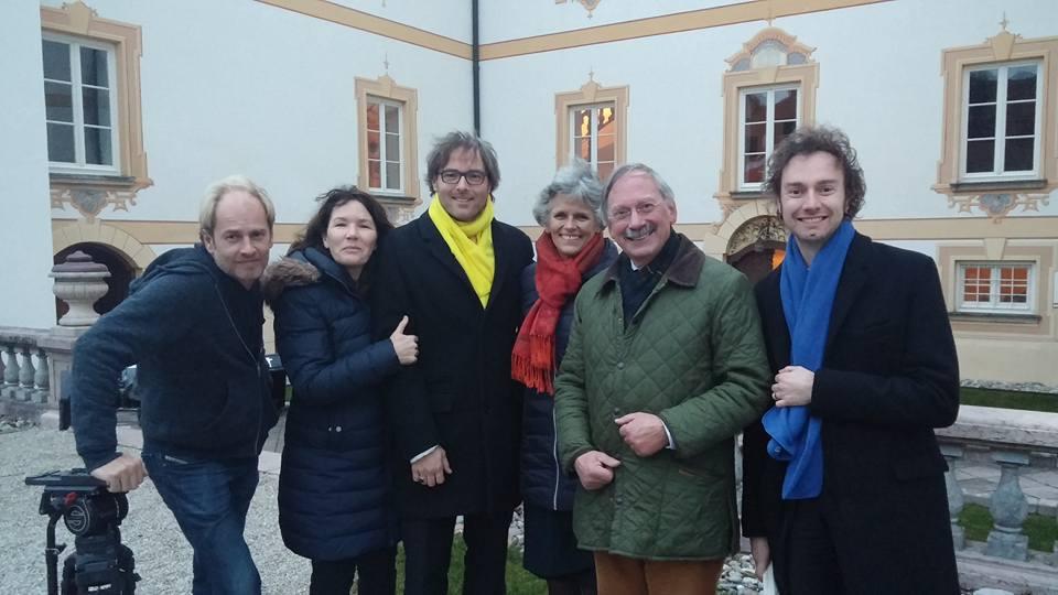 Afb. 1. De crew van Ridders van Gelre met tweede en derde van links Otto Graaf Basselet de la Rosée en echtgenote Helene Gravin Strachwitz von Gross-Strauche und Camminetz.