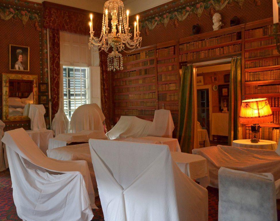 Afb. Afgedekte meubels in de kasteelbibliotheek van Amerongen. Foto met dank aan www.kasteelamerongen.nl.