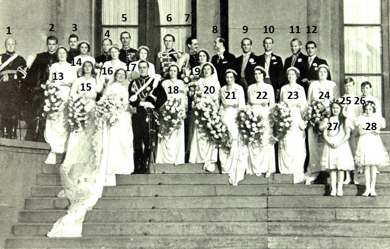 Afb. Prinses Juliana en Prins Bernhard in 1937 op de trappen van Paleis Noordeinde met hun bruidspersoneel. Foto met dank aan www.anp-archief.nl.