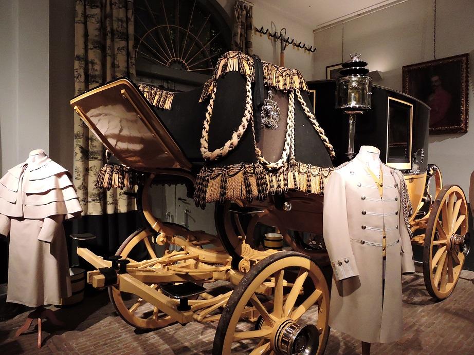 Afb. De gala-berline van jonkheer Louis van Loon, wiens portret op de achtergrond hangt.