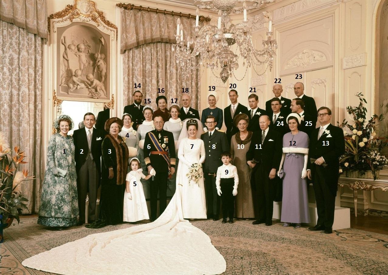 Afb. 4. Prinses Margriet en mr. Pieter van Vollenhoven met hun naaste familie, getuigen en bruidspersoneel. Foto met dank aan Max Koot/RVD.