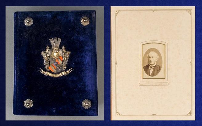 Afb. De voorkant van het fotoalbum met in zilver het familiewapen met rechts een van de gulle gevers.