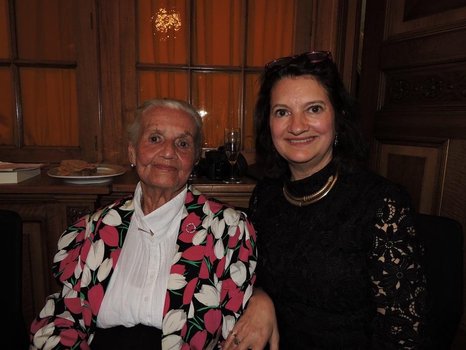 Afb. 2. Ingrid barones van Boetzelaer née Freiin von der Recke met haar dochter schrijfster Isabel barones van Boetzelaer tijdens de boekpresentatie.