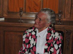 Afb. 2. Ingrid barones van Boetzelaer née Freiin von der Recke luistert geroerd naar de toespraak van haar dochter.
