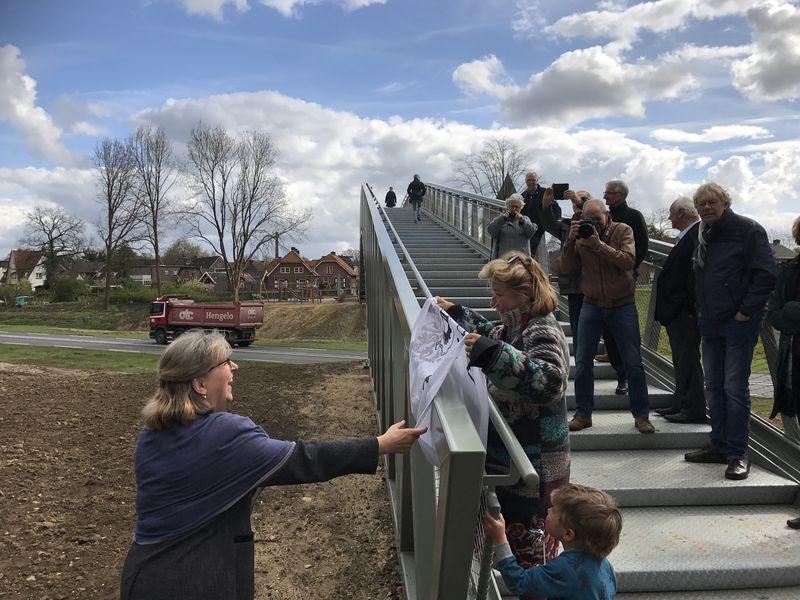 Afb. 1. De openingshandeling door burgemeester Ellen Nauta (links) en Roline Gravin zu Castell-Rüdenhausen. Foto met dank aan www.twickel.nl.