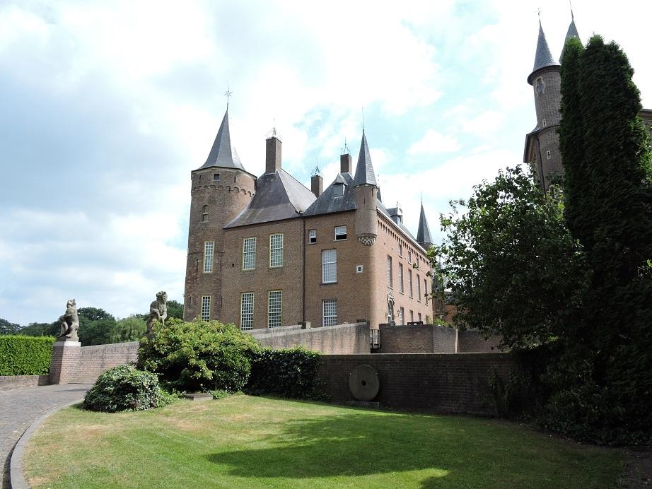 Afb. 2. Kasteel Heeswijk in Noord-Brabant, dat in 1835 door Andreas Joannes Ludovicus baron van der Bogaerde (1787-1855) gekocht werd en dat sindsdien familiebezit bleef tot de laatste eigenaresse het in een stichting onderbracht.