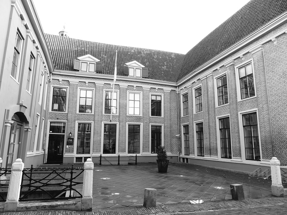 Afb. 1. De cour van de Hof van Heeckeren aan de Kuipersraat in Zutphen met linksboven, nog net zichtbaar, de spits van de Walburgiskerk. Er zijn in Nederland maar weinig stadspaleizen met een vergelijkbare grote cour.