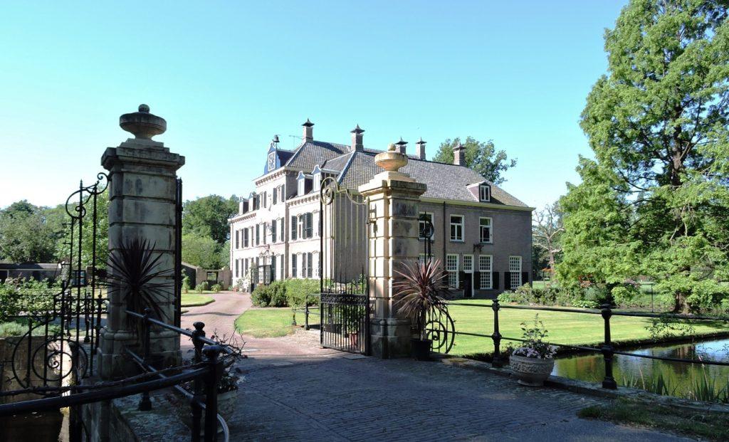 Afb. 1. Zicht op de voorgevel, door het statige inrijhek, van de havezate Schoonheten, dat sinds 1633 familiebezit van de Bentincks is.