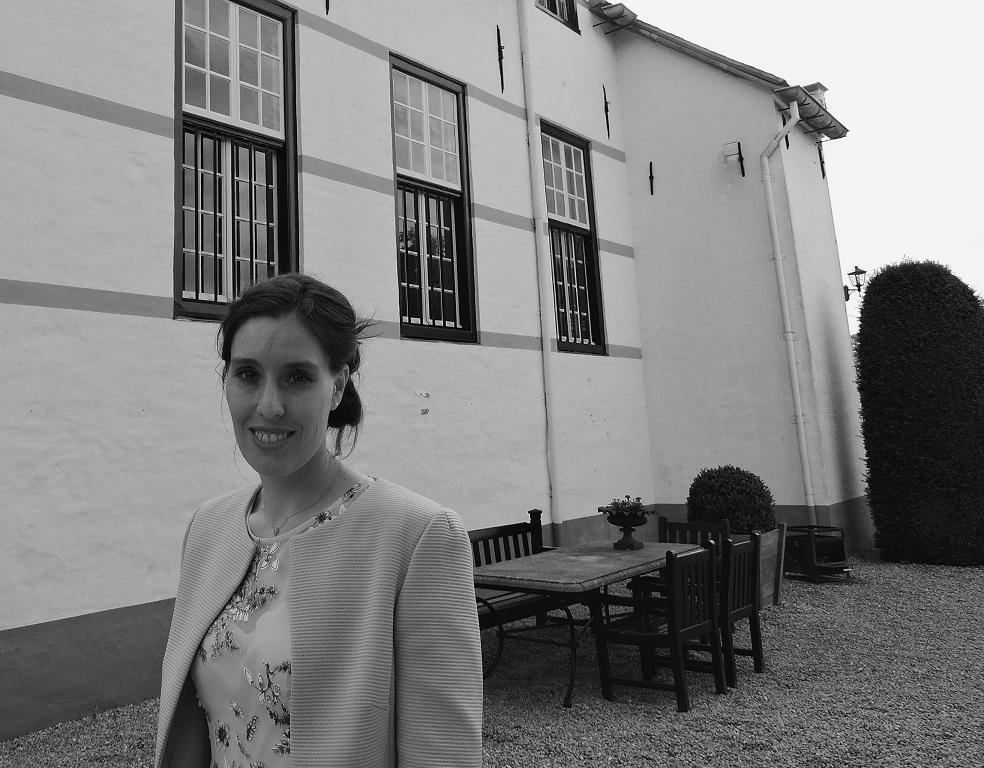 Afb. 1. Dr. Sophie Reinders, schrijfster van 'De mug en de kaars' voor Slot Doddendael, waar één van de vrouwen uit haar boek woonde.