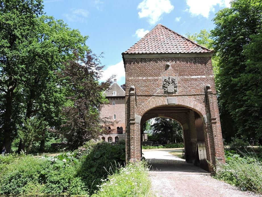 Afb. Eén van de deelnemende kastelen aan de Dag van het Kasteel in Utrecht: kasteel Weerdesteyn. Het kasteel is sinds 1730 familiebezit en kwam door huwelijk in 1775 in het bezit van het geslacht De Wijkerslooth de Weerdesteyn, dat het nog steeds bezit en bewoont.
