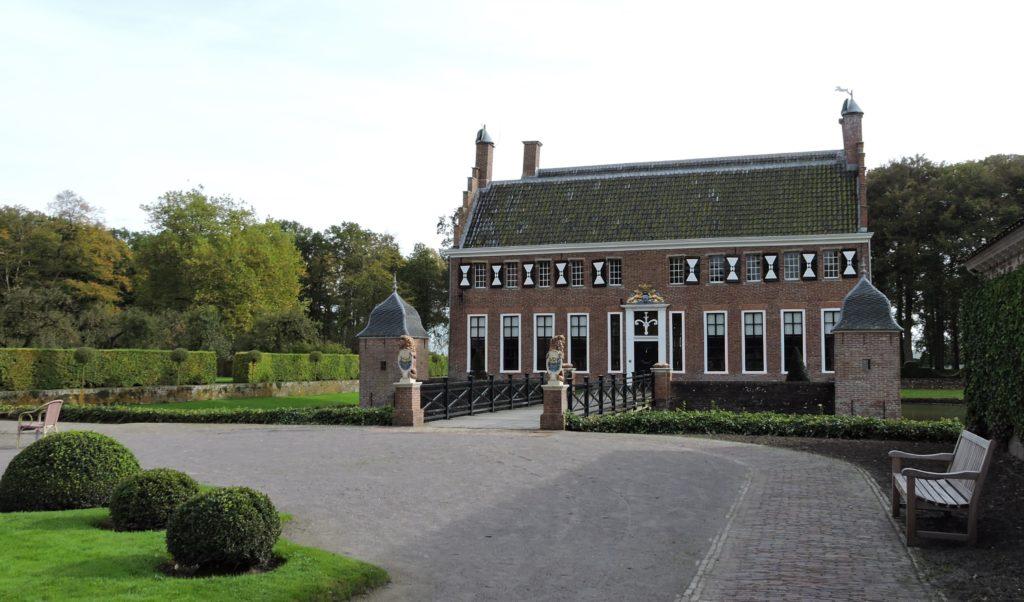 Afb. De Menkemaborg in Uithuizen toont de glorie van de Groninger jonkers.