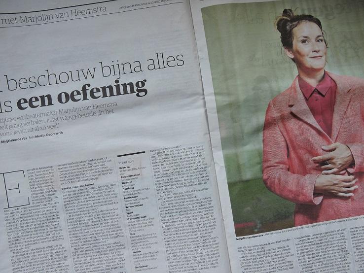 Afb. Het interview in de NRC door Marjoleine de Vos met een foto van Merlijn Doomernik.