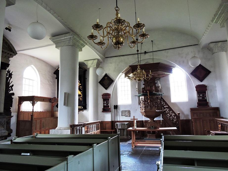 Afb. 1. Eeuwenoude adellijke representatie van de kasteelbewoners in de Hervormde St. Victorkerk: linksachter de herenbank met aan de muur enkele rouwborden.