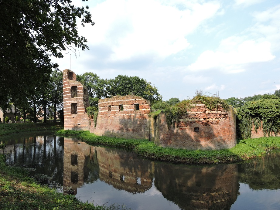 Afb. 2. De kasteelruïne van Batenburg met links de restanten van de Bronckhorstertoren.