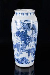 Afb. 1. De 17e-eeuwse Chinese vaas, die op 10.000-15.000 euro getaxeerd wordt. Foto met dank aan het Zeeuws Veilinghuis.
