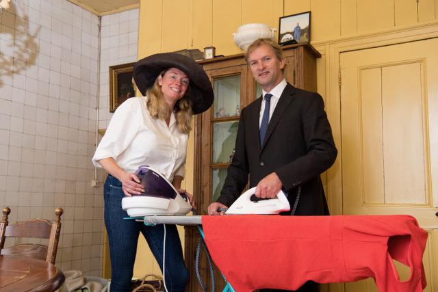 Afb. Maurits en Aimée von Martels bezig met de laatste voorbereidingen voor Prinsjesdag in Dalfsen. Foto met hartelijke dank aan FFU PRESS AGENCY COPYRIGHT FRANK UIJLENBROEK.