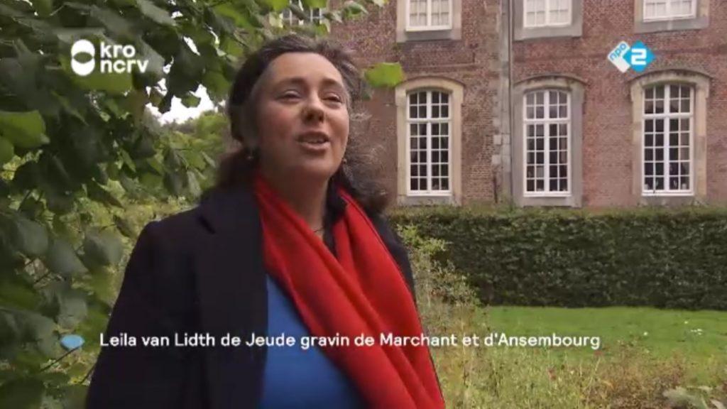 Afb. Leila van Lidth de Jeude voor kasteel Amstenrade. Screenshot met dank aan het programma Binnenstebuiten.