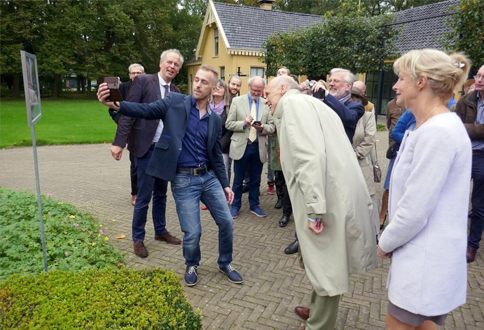 Afb. 2. Jonkvrouwe Mieke van Panhuys (rechts) en Carl-Anton Freiherr zu Inn- und Knyphausen (2e van rechts) bij de lancering van de nieuwe app over Nienoord. Foto met hartelijke dank aan Geert Pruiksma, directeur van de Nienoord.