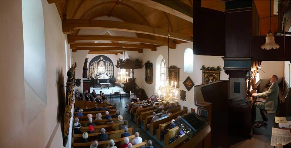 Afb. 1. Freiherr Carl-Anton zu Inn- und Knyphausen speelt op het orgel van het kerkje van Midwolde, waarin zoveel aan zijn familie herinnert. Foto met hartelijke dank aan Geert Pruiksma, directeur van de Nienoord.