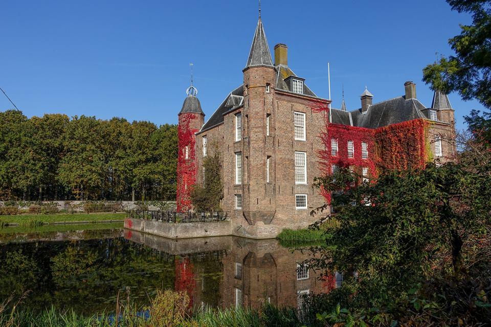 Afb. 2. Slot Zuylen in herfsttooi. Foto met hartelijke dank aan Maarten Vervoorn via de facebookpagina van Slot Zuylen.
