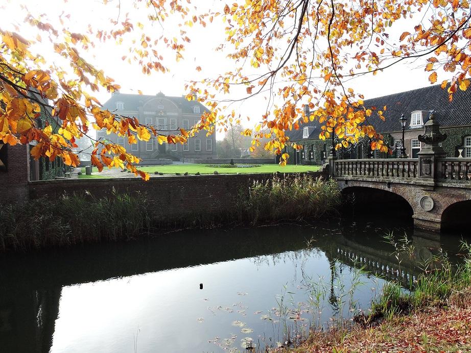 Afb. Herfsttaferelen op Eerde met zicht over de slotgracht op het huis dat in 1715 voltooid werd door Johan Warner baron van Pallandt.